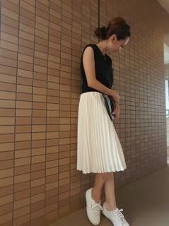 プリーツスカート コーデ 春 夏 40代 スニーカー